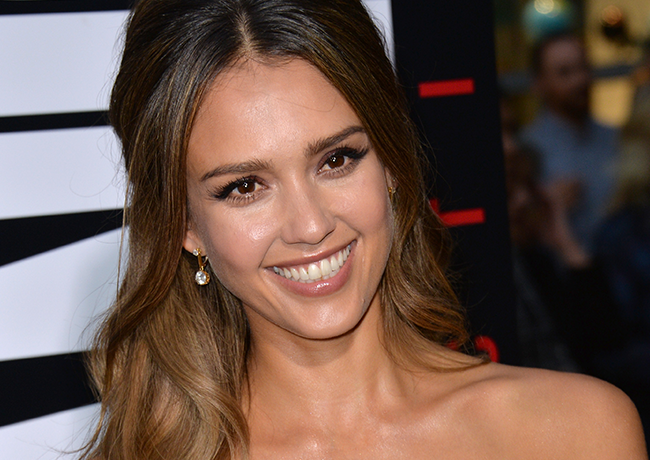 Jessica Alba's Genius Eye De-Puffing Move Is Magic featured image