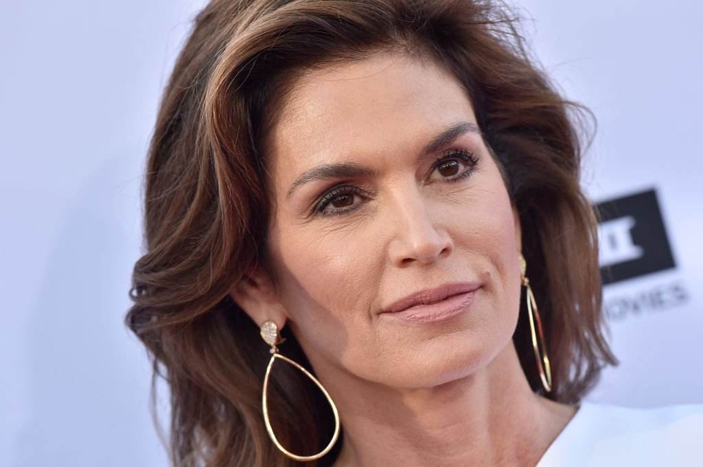 Cindy Crawford Shows Off Her Natural Skin In a Completely Unfiltered, No-Makeup Selfie featured image