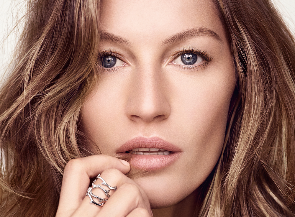 Gisele Bündchen Says She Started Using This Serum on Her Neck When She Turned 40 featured image